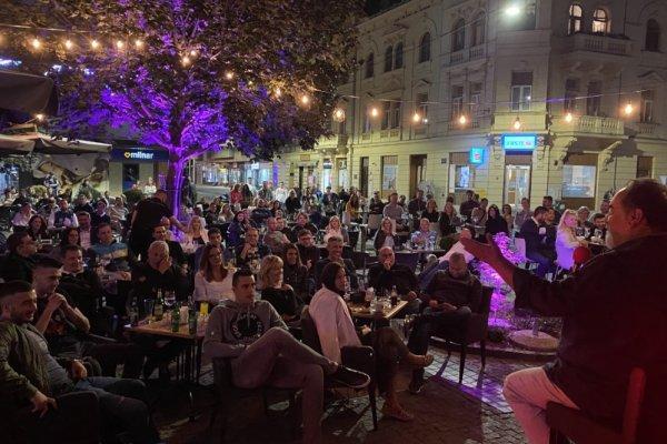 Željko Pervan urnebesnim nastupom nasmijao brojnu publiku u  osječkom Korzu 23