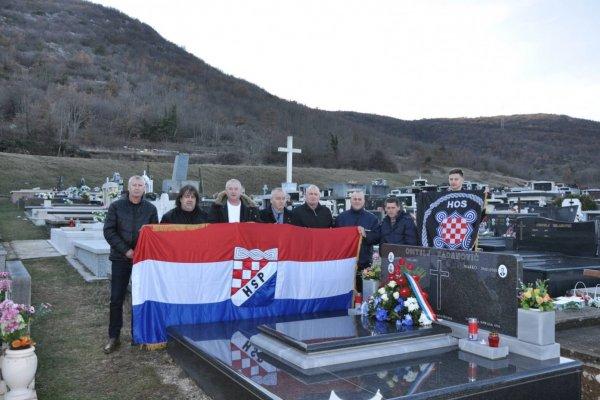 Izaslanstva HSP-a i IX. bojne HOS-a odala počast utemeljitelju HSP-a i IX. bojne HOS-a Jozi Radanoviću.
